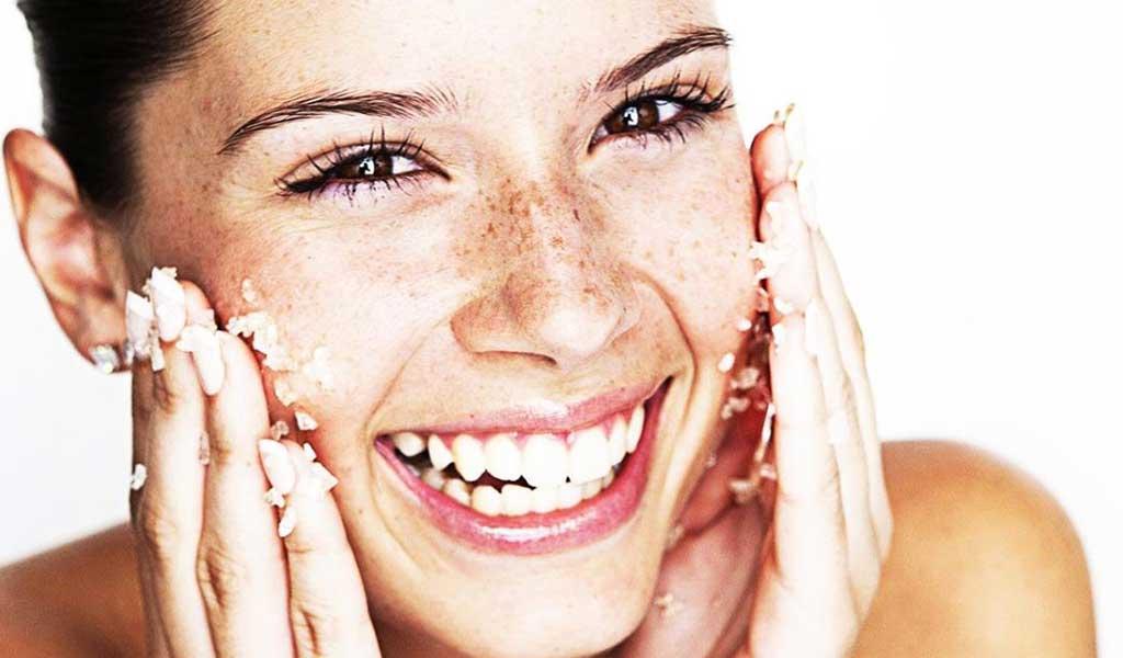 masaż twarzy przy użyciu peelingu odmładzanie.