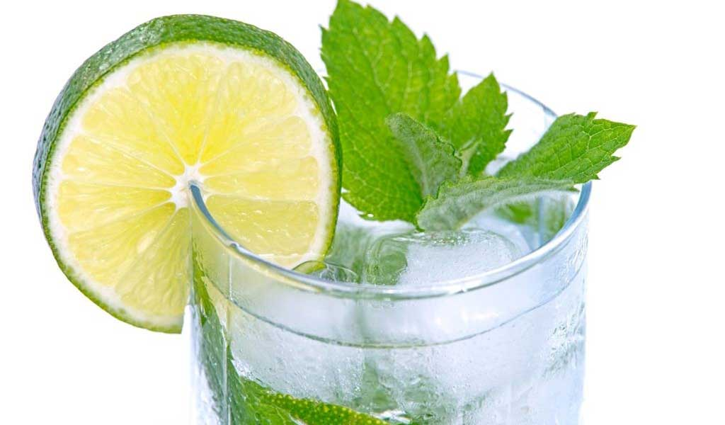 Sport i nawadnianie. Pij wodę dla zdrowia i urody. Nawodniona skóra. zdrowy styl życia